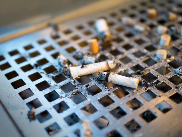灰皿の喫煙タバコの杭 Premium写真