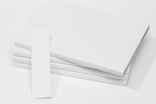 白い本とブックマークの山正面図 無料写真