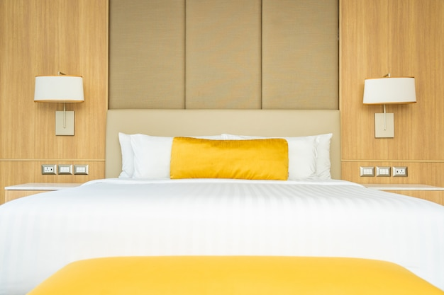 毛布装飾インテリア付きベッドの枕 無料写真