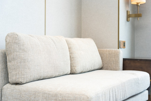 リビングエリアのソファ装飾インテリアの枕 無料写真
