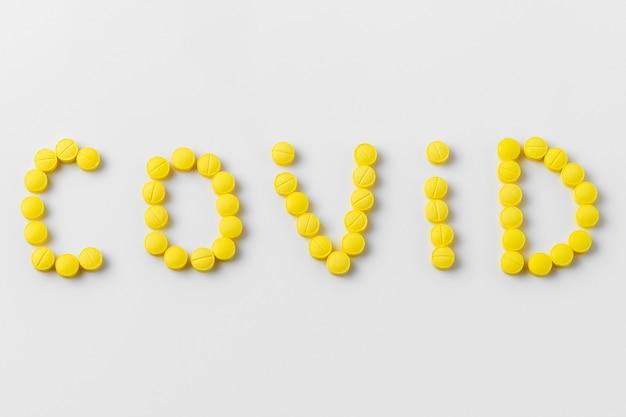 Таблетки от covid-19 на белом фоне Бесплатные Фотографии