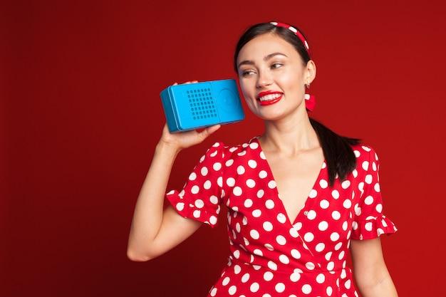 Pin up style girl listening old radio Premium Photo