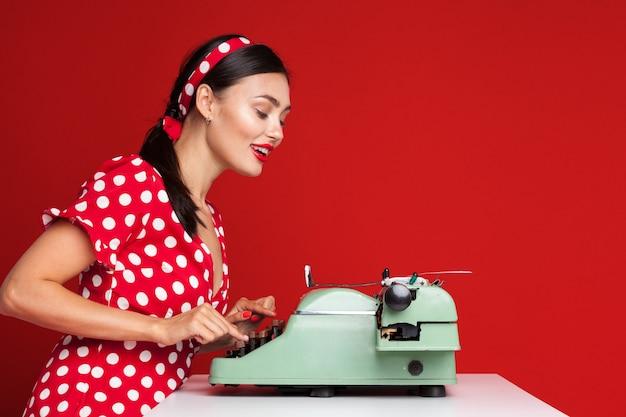 Pin up девушка печатать на пишущей машинке Premium Фотографии