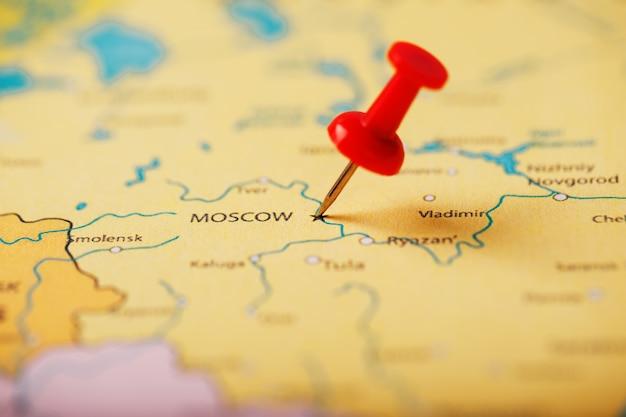 モスクワの地図上の目的地の場所は、赤い画pinで示されています Premium写真