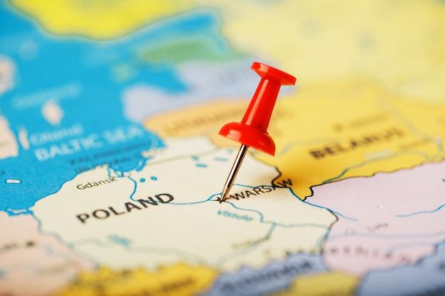地図ポーランドの目的地の場所は、赤い画pinで示されています Premium写真