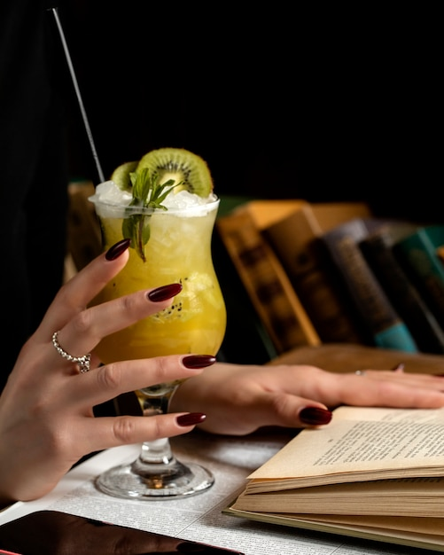 Pineapple cocktail with kiwi slice Free Photo