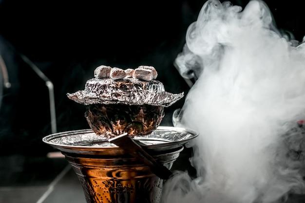 Ананасовый кальян с углем сверху дымчатый Бесплатные Фотографии