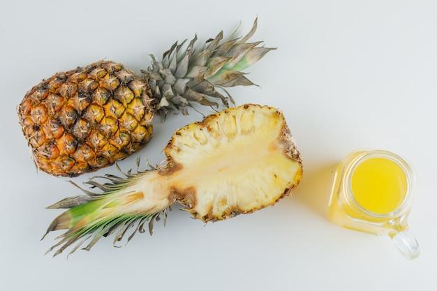 白い表面にジュースとパイナップル 無料写真