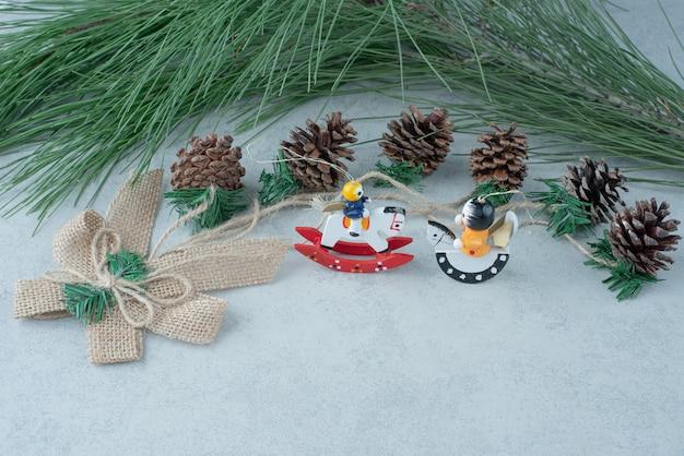 대리석 배경에 작은 크리스마스 축제 장난감 Pinecones. 고품질 사진 무료 사진