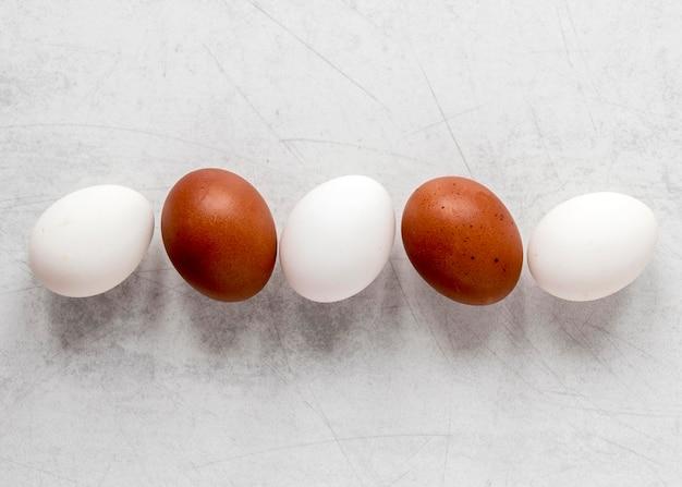 분홍색과 갈색 부활절 달걀 무료 사진
