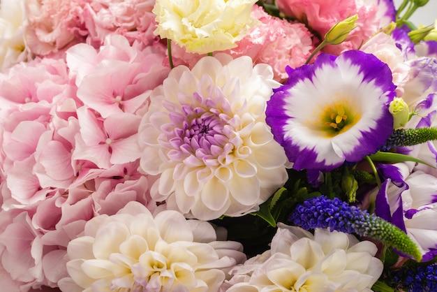 分離されたピンクのボックスに花のピンクと紫の花束 Premium写真