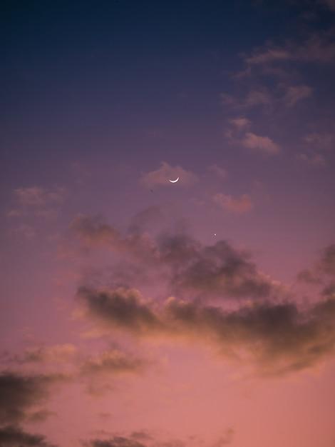 月と星の夕日のピンクと紫の空 Premium写真