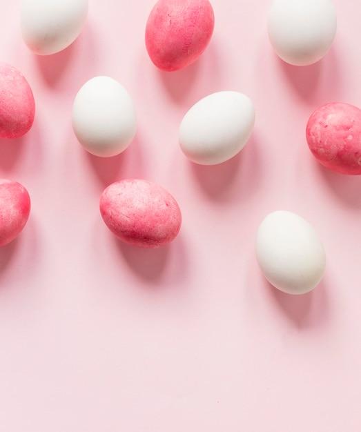 Розовые и белые пасхальные яйца Premium Фотографии