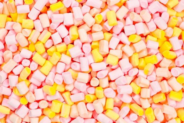 분홍색과 노란색 미니 마시멜로 프리미엄 사진