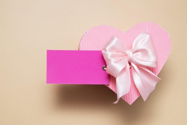 하트 모양의 선물 상자 핑크 빈 카드 프리미엄 사진