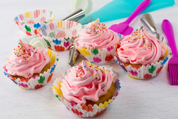 Pink cupcakes  and cookware Premium Photo