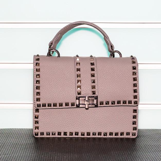 白い表面にピンクの装飾が施された女性のバッグ Premium写真