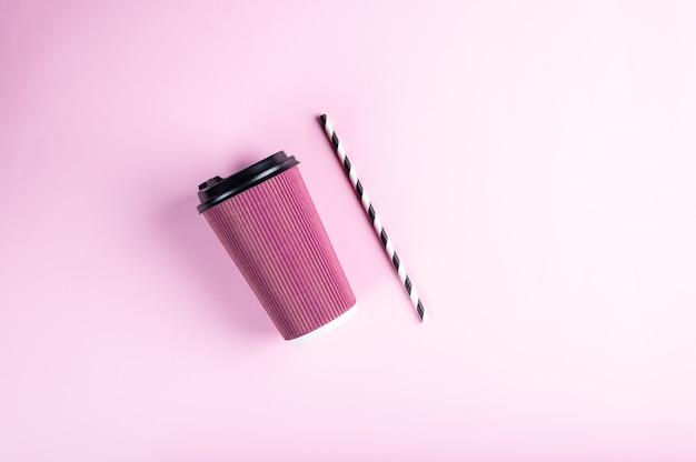 줄무늬 종이 빨대와 핑크 일회용 종이컵 프리미엄 사진