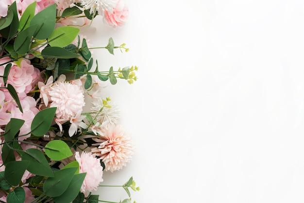손바닥 핑크 꽃 테두리 흰색 배경에 나뭇잎 무료 사진