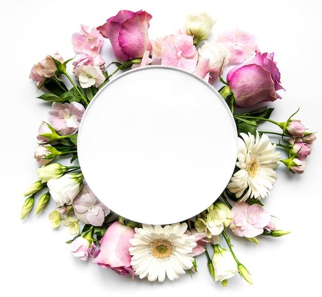 Розовые цветы в круглой рамке с белым кружком для текста Premium Фотографии