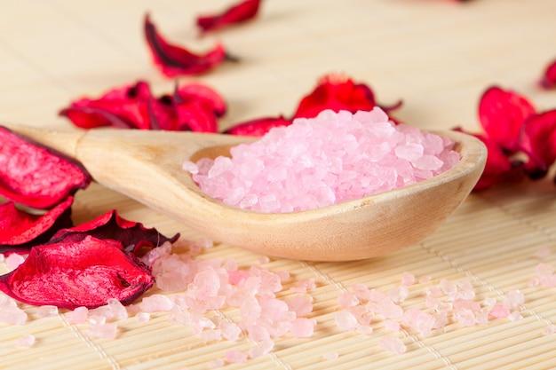 Розовая ароматная соль для ванн на ложке Premium Фотографии