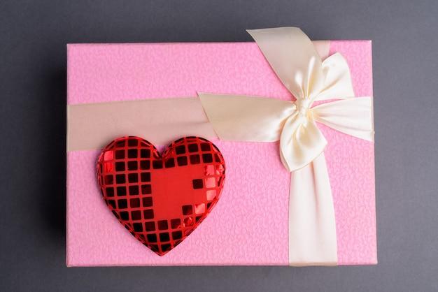 회색에 분홍색 선물 상자 프리미엄 사진