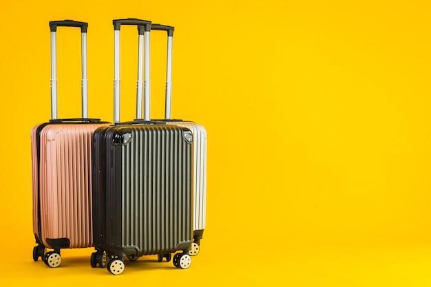 輸送旅行のためのピンクグレーブラックカラーの荷物または手荷物バッグの使用 無料写真