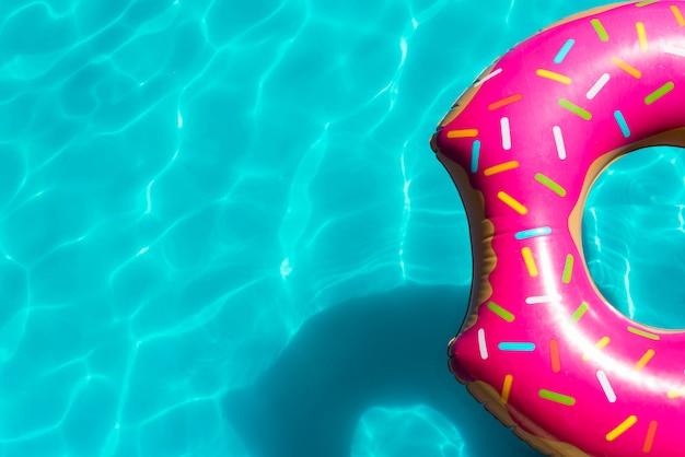 スイミングプールでピンクの膨脹可能なプールのおもちゃ Premium写真