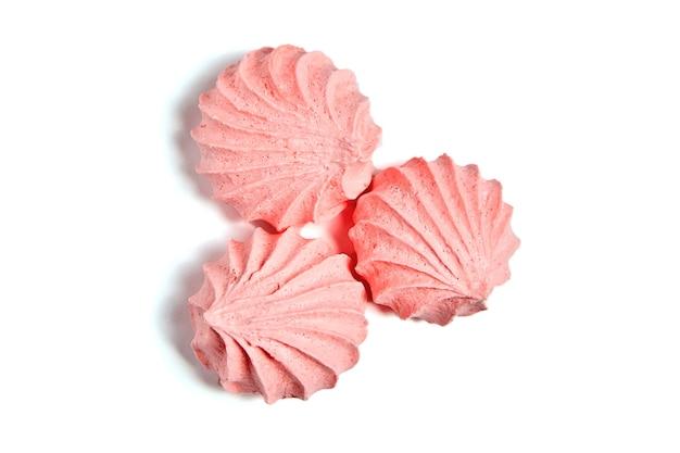 ピンクのメレンゲのキスクッキー、風通しの良いビスケットが分離されました Premium写真
