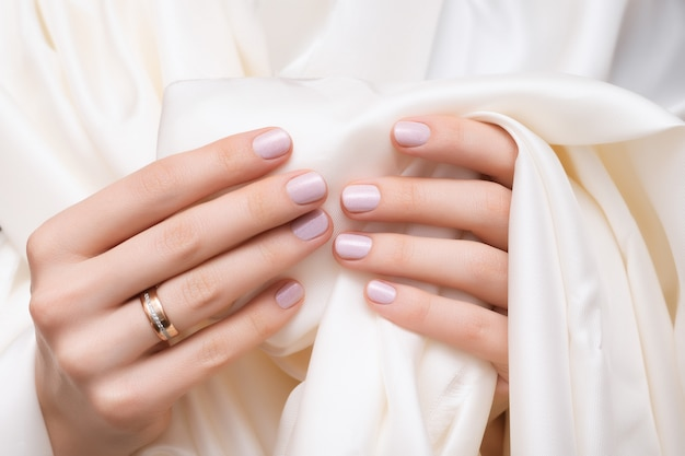 Розовый дизайн ногтей. женские руки с блеском маникюра. Бесплатные Фотографии