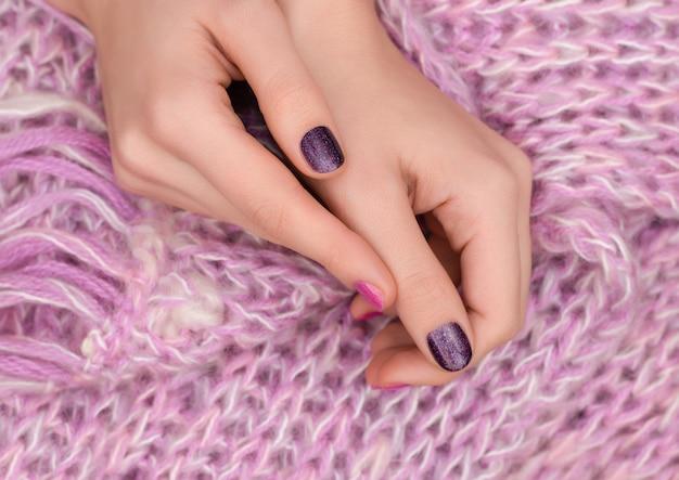 Nail design rosa. mani femminili curate su fondo rosa. Foto Gratuite
