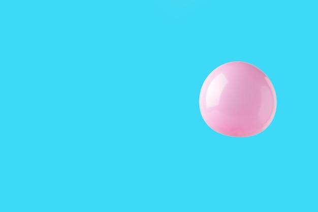 핑크 바탕에 핑크 파스텔 Baloon입니다. 미니멀리즘. 평면도 프리미엄 사진
