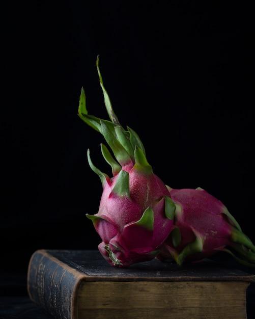 Boccioli di rosa rosa sul vecchio libro Foto Gratuite