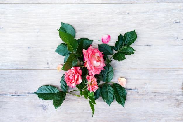 ピンク、バラ、花、アレンジメント、木製、灰色、背景 Premium写真