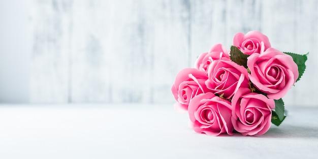 Букет розовых роз на белом фоне деревянные красивые цветы Premium Фотографии