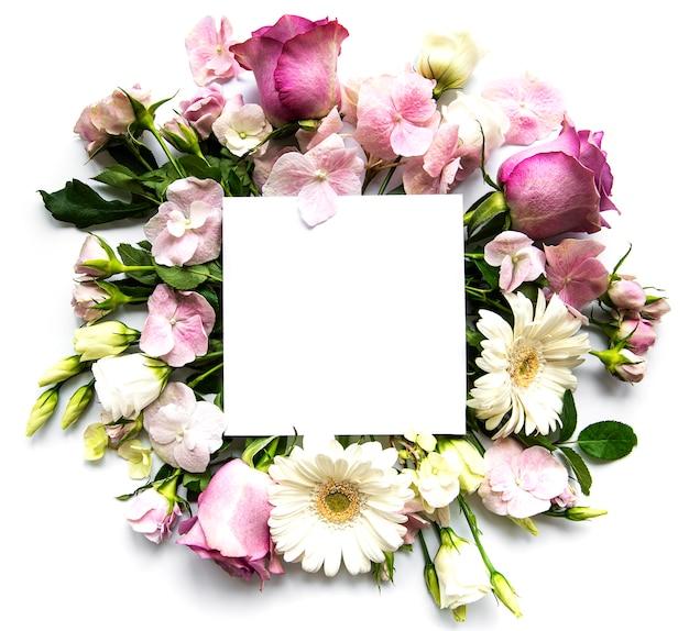 ピンクのバラと白い背景のテキストの白い正方形のフレームの花 Premium写真