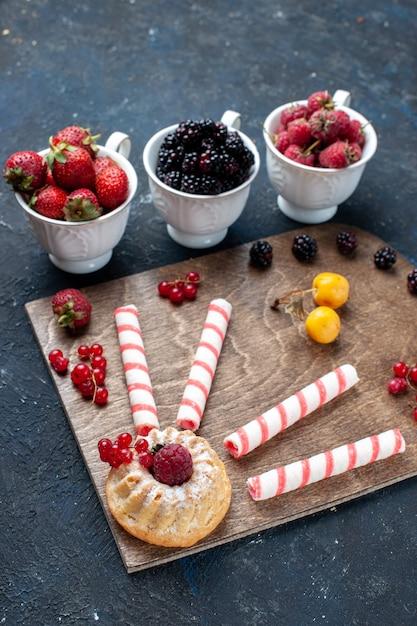 ピンクの粘着性のあるキャンディーとベリーフルーツケーキのダークフルーツベリーキャンディースイートグッディボンボン 無料写真