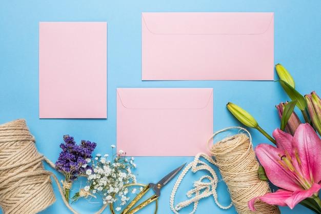 青色の背景にピンクの結婚式の招待状 無料写真