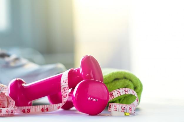 분홍색 무게, 줄자 및 수건 무료 사진
