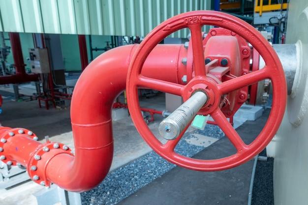 Трубопровод и клапан водоснабжения или технической воды в промышленной зоне Premium Фотографии