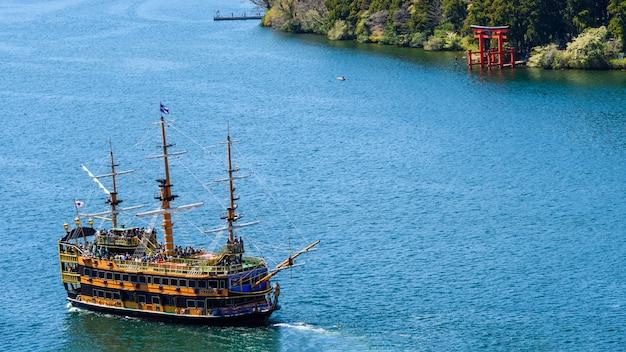 Пиратский туристический корабль и храм хаконэ Premium Фотографии
