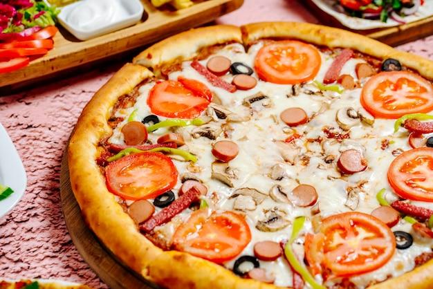 テーブルの上のピザやその他の食べ物 無料写真