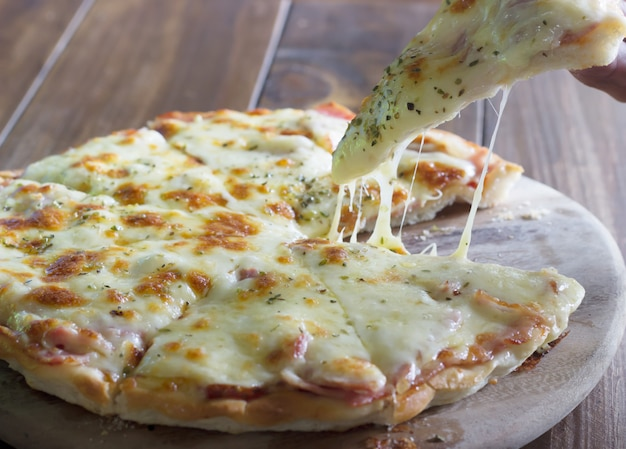 Pizza homemade double cheese Premium Photo