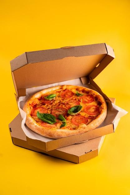 箱の中のピザ Premium写真