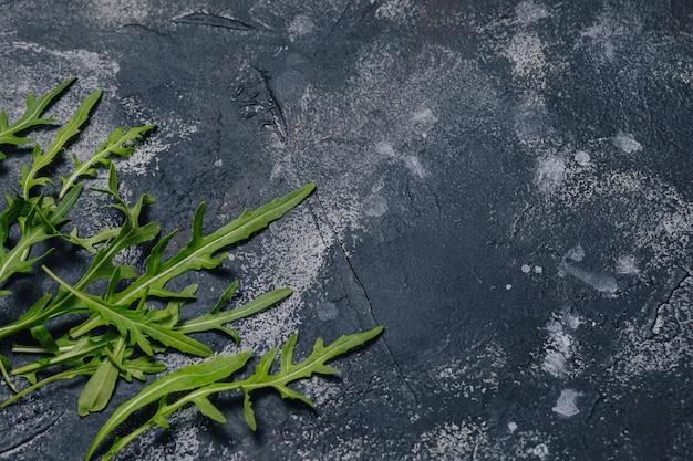Ingredienti della pizza su fondo concreto scuro, pizza napoletana, cucinante concetto Foto Gratuite