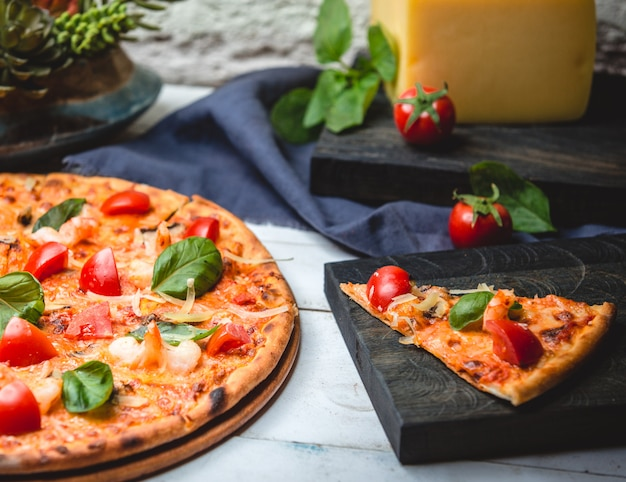 Pizza margarita with shrimps on the table Free Photo