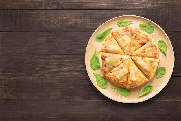 木製の背景のピザ。テキスト用のスペースをコピー Premium写真