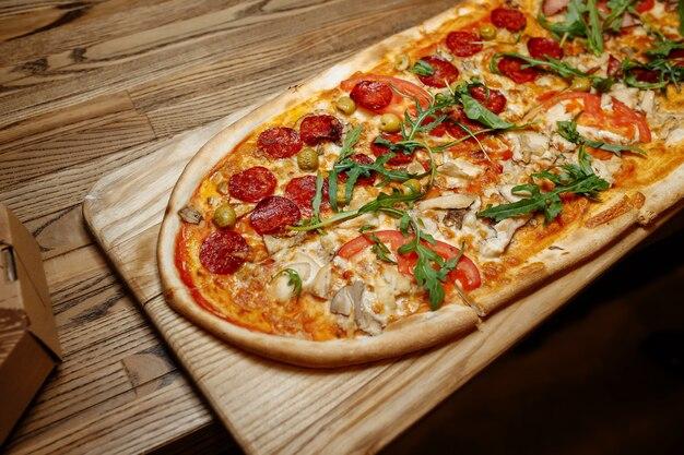 木製のテーブルトップビューのピザ。ファストフード。 Premium写真