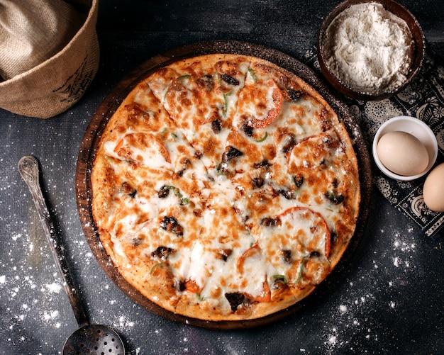 灰色の表面にピザおいしいチーズトップビュー 無料写真