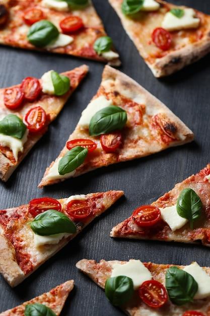 ピザタイム!おいしい自家製の伝統的なピザ、イタリアのレシピ 無料写真